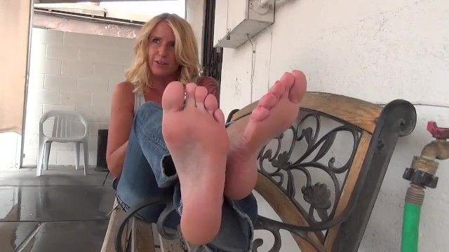 Ms. bei piedi