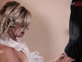Vip sex vault - ragazza alla moda si accoppia con il fidanzato davanti al caminetto