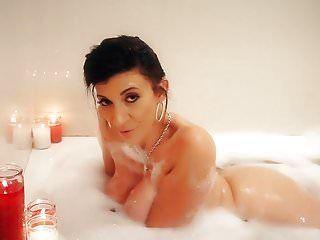 Breasty Milf Sara Jay gießt sexy Wachs auf ihren riesigen Liebesmelonenarsch