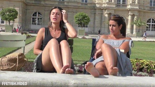 Zwei heißeste Mädchen in der Ruhestätte machen Fußstütze