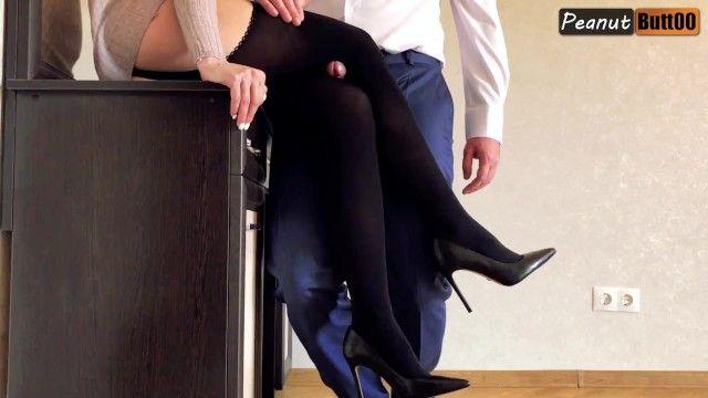 Legjob in calze scure e tacchi alti, ginocchiate e flusso di sperma sul nylon