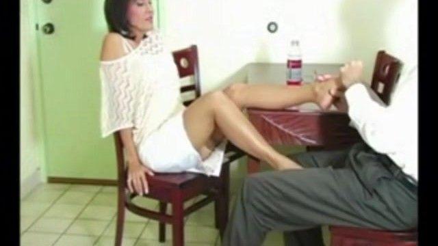 Hawt熟女ロニは夕食時に彼女の若者にナイロンフットシーを与えます