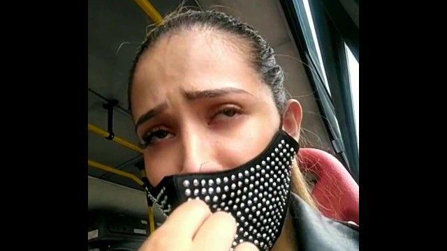 Sara si diverte a mostrare i suoi meloni in un autobus pubblico