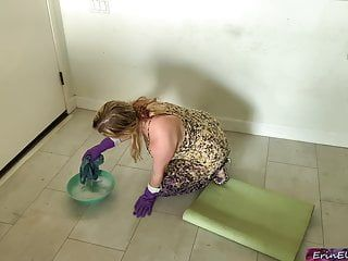 Stepmom receives pumped whilst cleaning the floor tube
