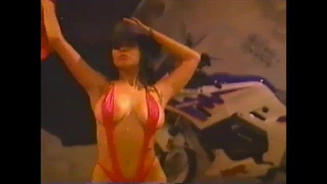 Me amo este día concurso de bikini de los 90 camiseta húmeda escena de película musical