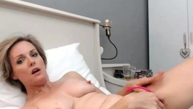 Milf sexy dai capelli corti con bei capezzoli che si masturba