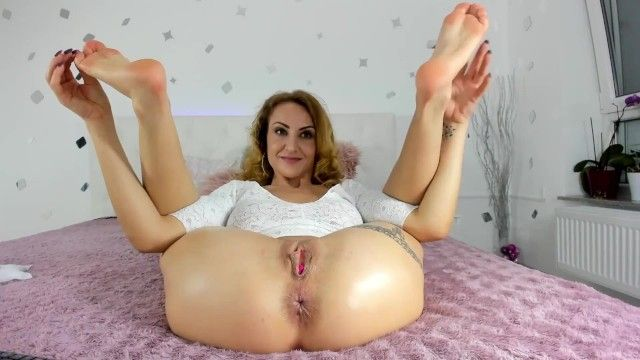 Milf amalianilsson positions with her stinky older soles and arsehole for u to sniff and take up with the tongue