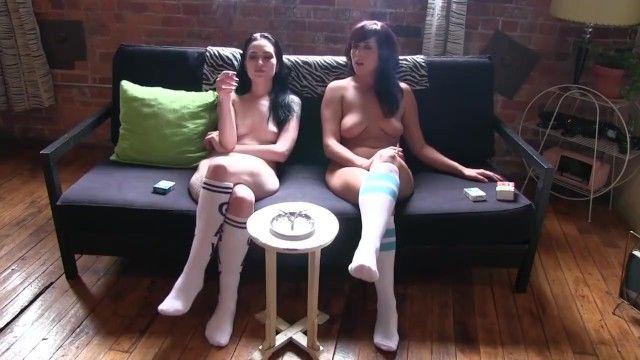Angeli che fumano e ignorano in calzini bianchi